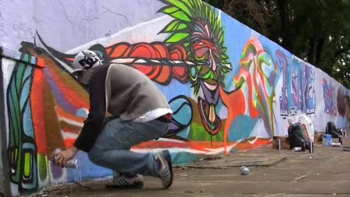 Grafiteiros colorem muro da Fundação Pão dos Pobres