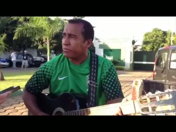 Bastidores da Seleção: torcedor faz música para Neymar - 11/06/2013