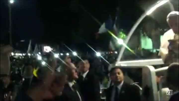 Vídeo mostra momento em que Papa Francisco toma chimarrão