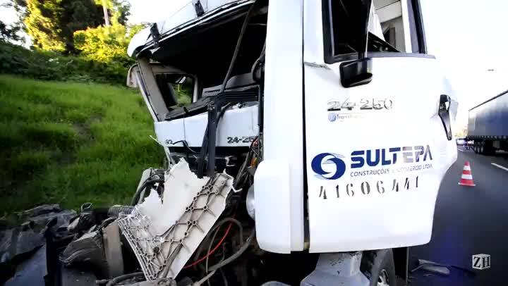 Acidente com caminhões deixa um ferido na BR-116 no Vale do Sinos