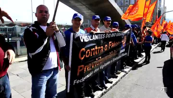 Manifestantes pedem fim do fator previdenciário