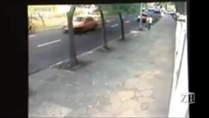 Táxi bate em árvore em Porto Alegre