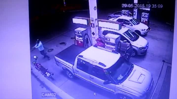 Imagens mostram ação de bandidos durante assalto em posto de gasolina