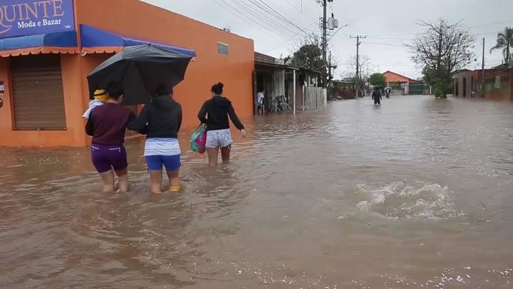 Agravamento da enchente mobiliza moradores na Grande Porto Alegre