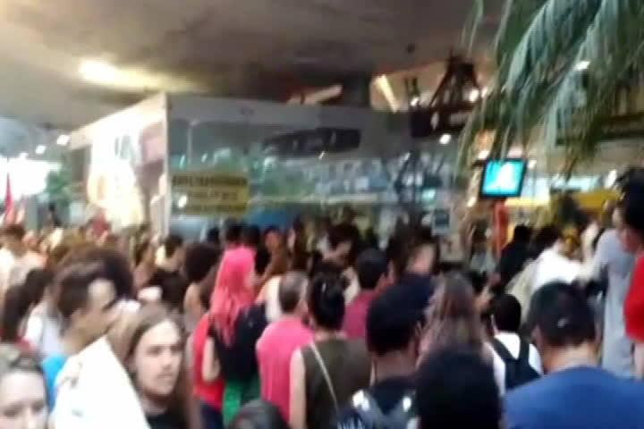 Manifestantes pulam catraca de terminal em protesto em Joinville