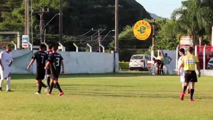 Lance do jogo entre VT Canto (preto) 2 x 4 Cerâmica Silveira (branco) pela Copa Interligas