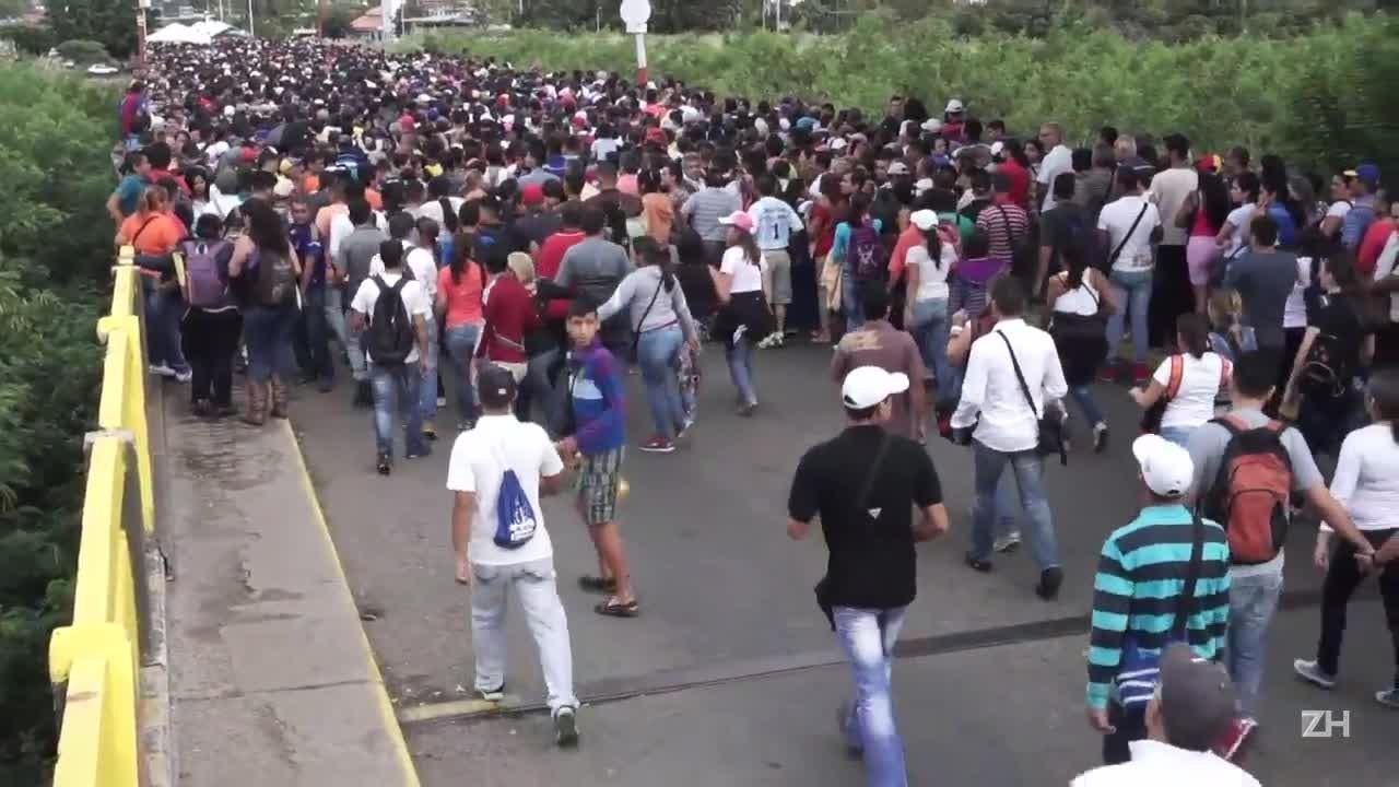 Venezuelanos vão em massa à Colômbia