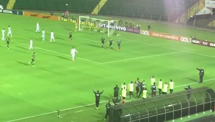 Dodô marca segundo gol do Figueirense contra o América-MG
