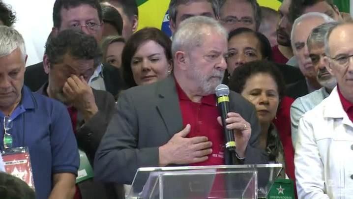Lula se diz 'indignado' e chora