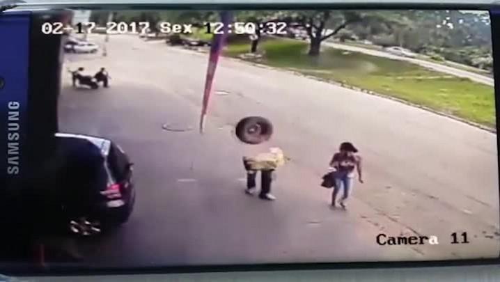 Homem é atingido na cabeça por pneu desgovernado