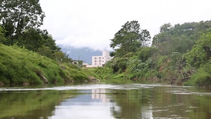 Rio Cubatão do Sul sofre com lixo, esgoto, assoreamento e erosão