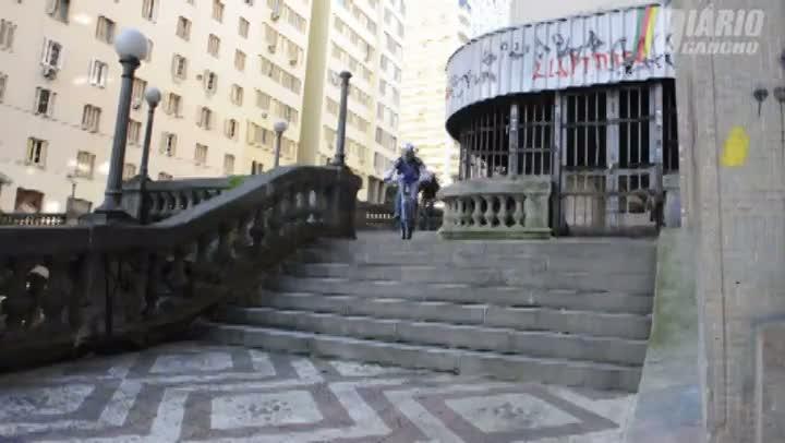 Downhill Urbano: adrenalina escada abaixo