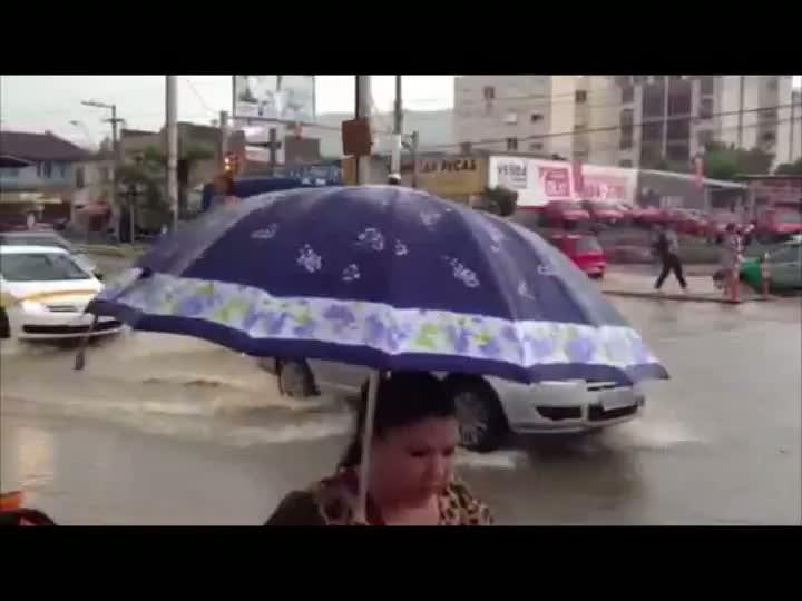 Chuva forte alaga varias regiões de Poa e causa transtornos no transito. 20/02/2013