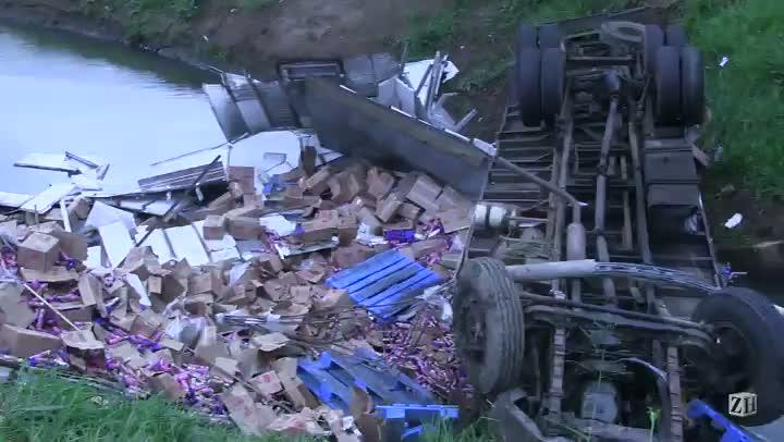 Caminhão tomba na BR-116 e motorista morre