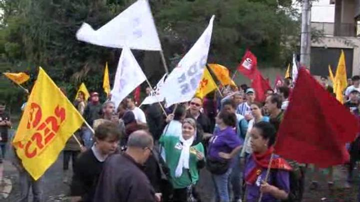 Professores protestam em frente à casa de Tarso Genro