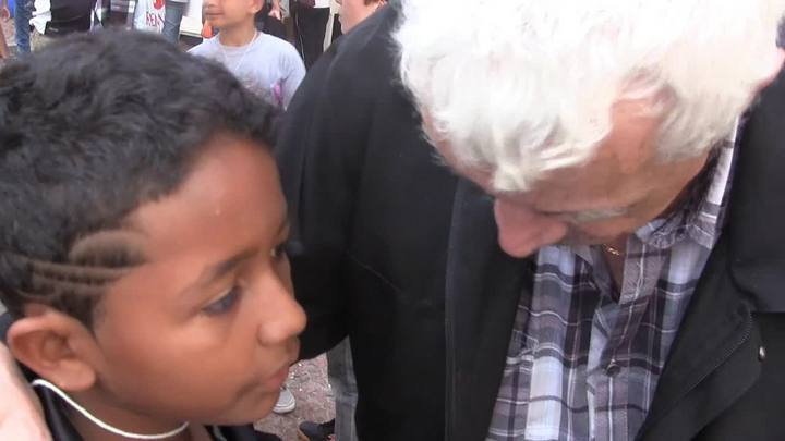Menino de 10 anos entrevista Paulo Sant\'ana na Feira do Livro