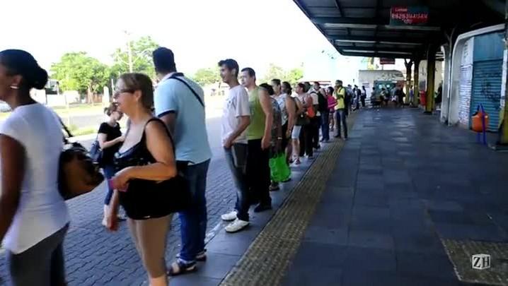 Desde cedo, terminal da Restinga registra grande fila
