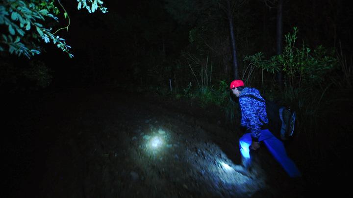 Força de vontade: Romário caminha mais de hora no escuro para estudar