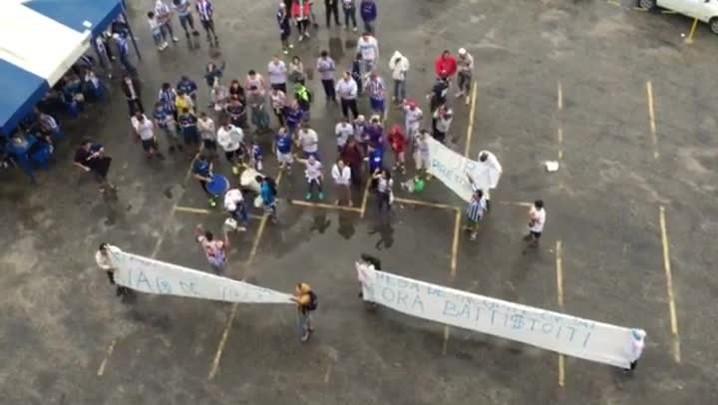 Protesto da torcida do Avaí antes do jogo contra o Marcílio Dias