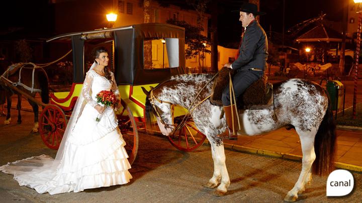 Noivos a cavalo, noivas de prenda: veja imagens de casamentos gaudérios