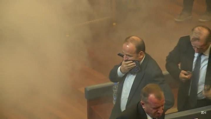 Parlamento é atingido por gás lacrimogêneo em Kosovo