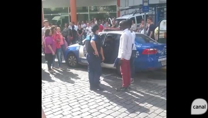 Senegaleses e guardas municipais entram em confronto durante operação contra o comércio ilegal em Caxias