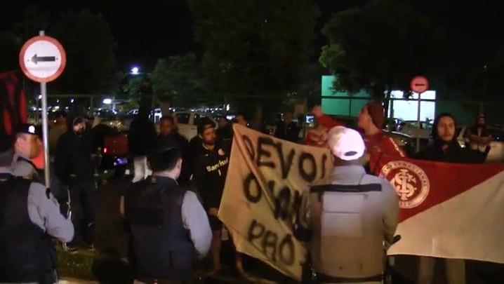 Após derrota para o Corinthians, Inter é recebido com protestos em Porto Alegre