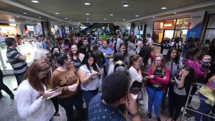 Emily desembarca em Porto Alegre e é recebida por centenas de fãs no aeroporto