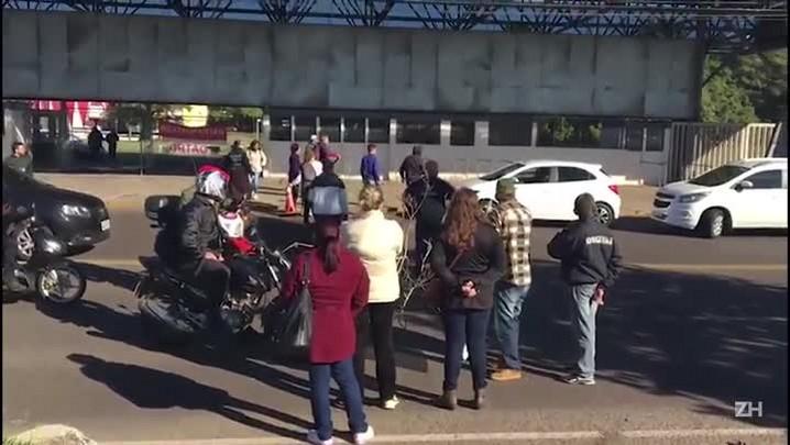 Motorista fura bloqueio de manifestantes pela calçada em Esteio