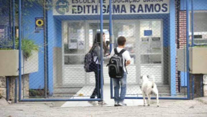 Cão espera seu dono na escola há um ano