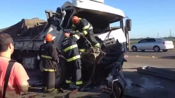 Acidente envolvendo seis veículos na BR-386 mata uma pessoa - 14/11/2013