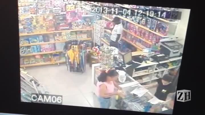 Imagens registram suspeito comprando cartão enviado junto a secador com explosivo