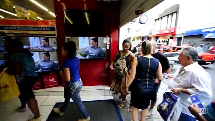 Liquidação de loja faz filas de consumidores em Porto Alegre