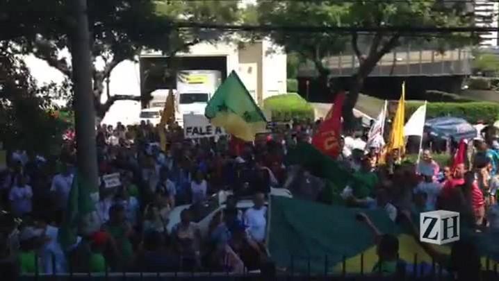 Em frente ao TRT rodoviários gritam: não tem história, é greve até a vitória