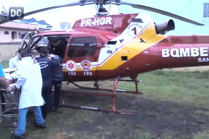 Resgate de criança ferida após deslizamento de terra que destruiu uma casa em Guaramirim