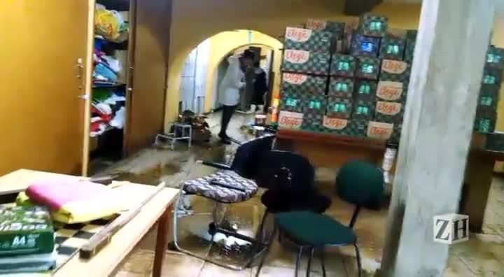 Funcionários fazem a limpeza do Asilo Padre Cacique após alagamento