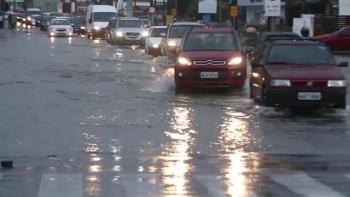 Chuva provoca alagamentos e motoristas enfrentam filas no Sul da Ilha de SC