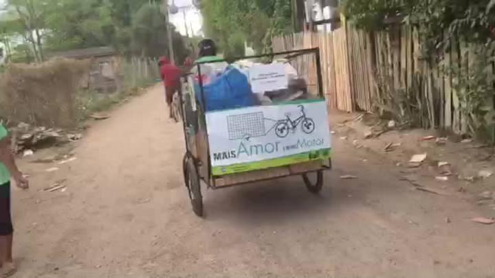Catadoras ganham bicicletas para recolher lixo