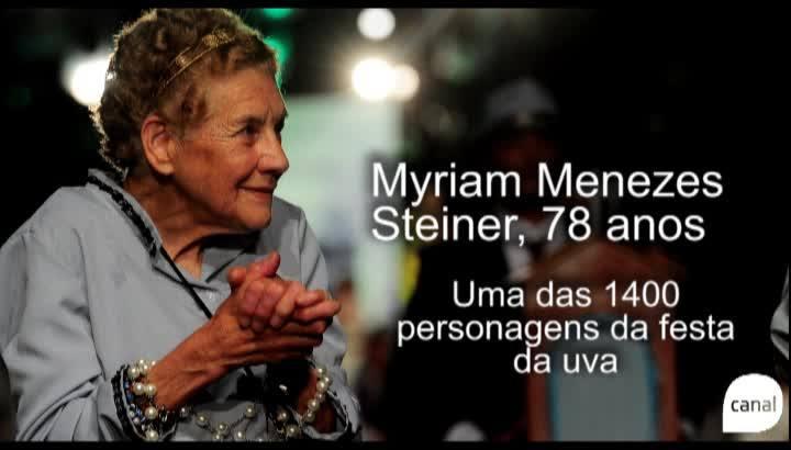Com 78 anos, mulher desfila há 18 anos na Festa da Uva