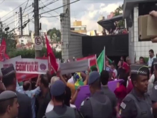 Após depor, Lula chega em casa, em São Bernardo do Campo