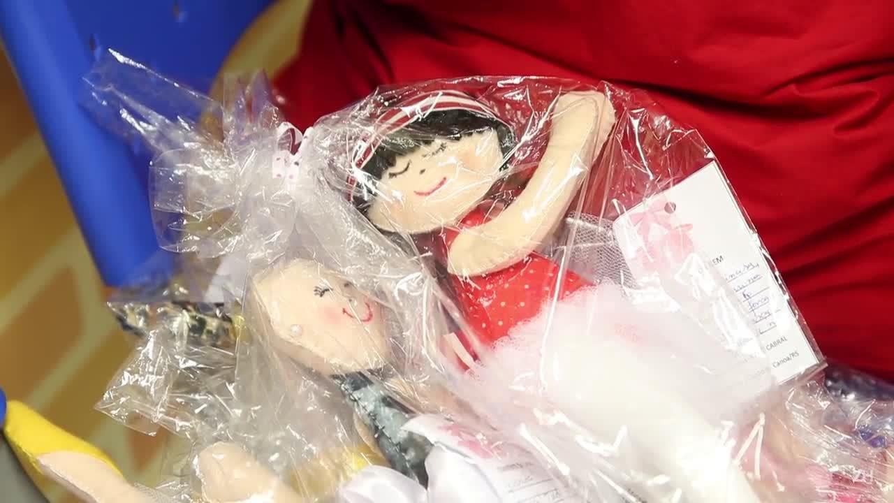Voluntária doa bonecas sem cabelo para o Instituto do Câncer Infantil
