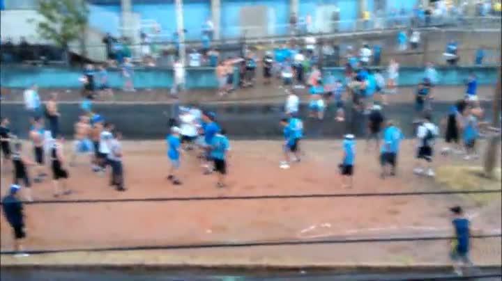 Morador flagra briga de torcedores do Grêmio