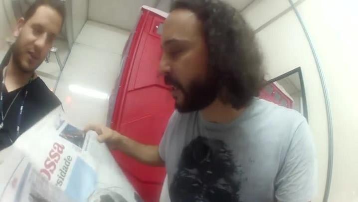 Gabriel O Pensador faz rimas lendo o Diário Catarinense