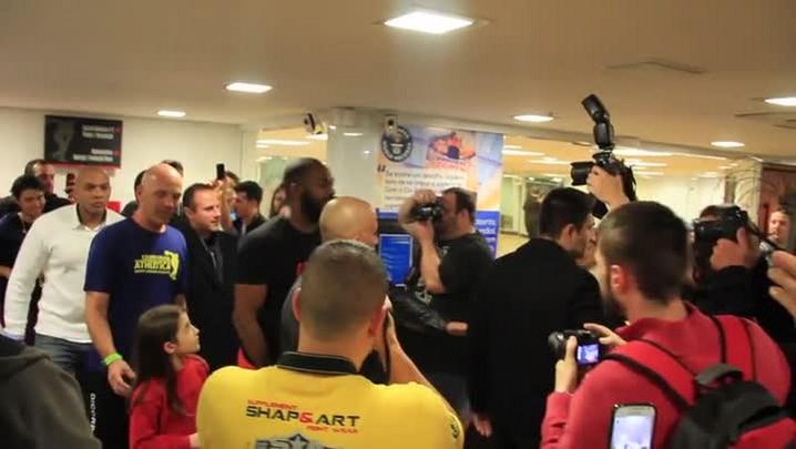 Em Porto Alegre, Jon Jones fala sobre UFC e aplica guilhotina em Sérgio Boaz. 29/05/2014