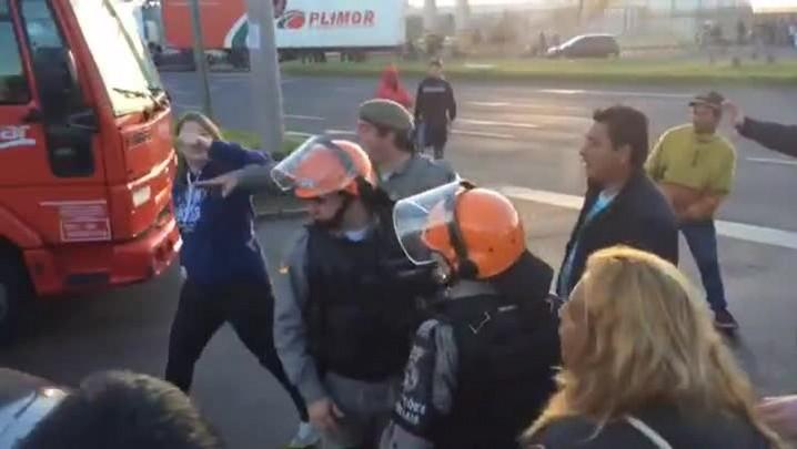 Motorista e manifestantes quase entram em confronto na zona norte da Capital
