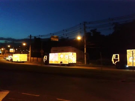 Caravana da Coca-Cola passa pela Rua Bahia em Blumenau
