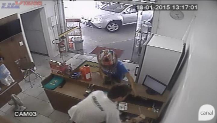 Câmeras de segurança mostram assalto a posto de combustíveis em Bento