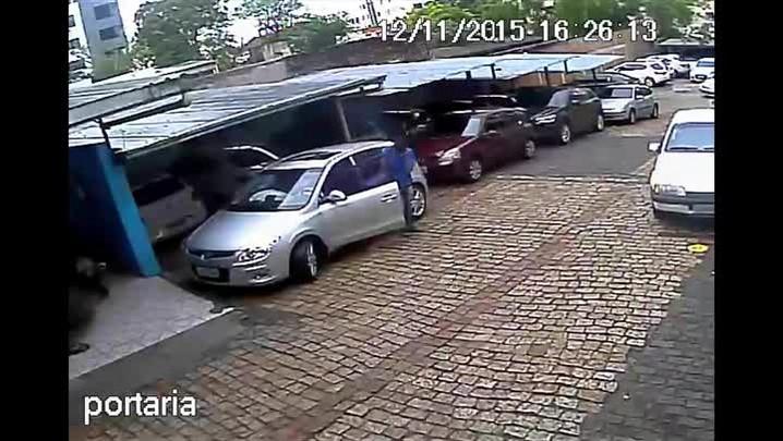 Airbags de carro disparam repentinamente e ferem manobrista em Santa Maria