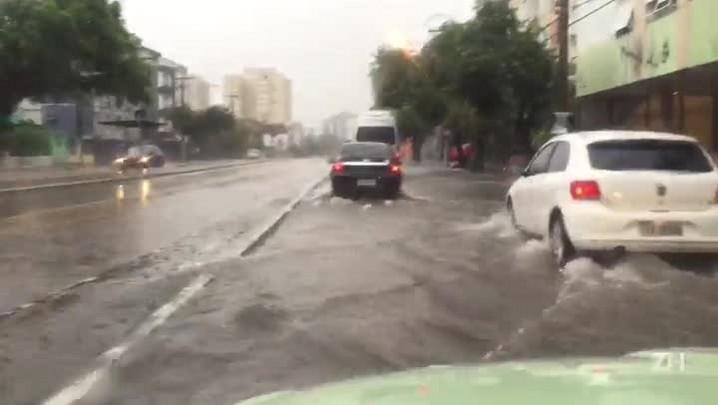 Chuva provoca alagamento na Av. Erico Verissimo