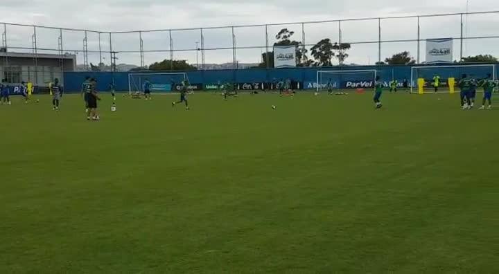 Renato Portaluppi comanda treino com bola no CT